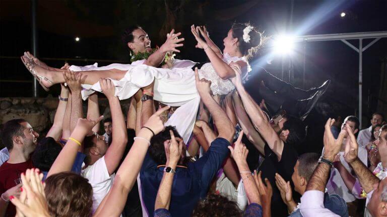 זוג רוקד בחתונה